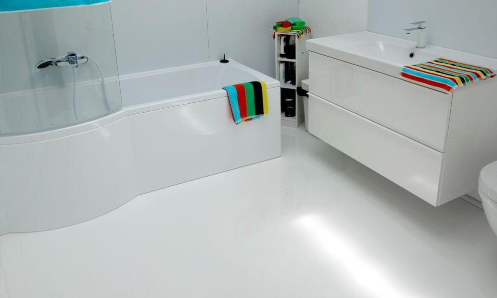 Badezimmer mit matter Bodenbeschichtung
