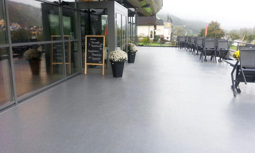 Terrasse einer Vinothek mit neuem Boden