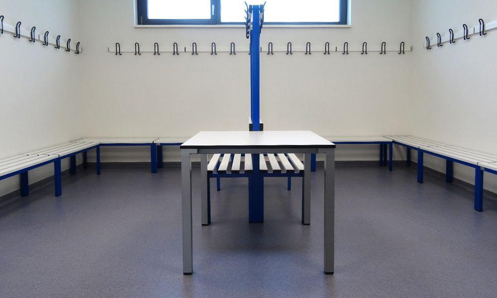 Sporthallen-Kabine mit neuer Bodenbeschichtung